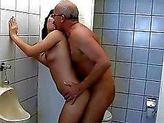 Opa neukt tiener in openbaar toilet