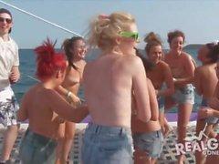 adolescentes reales en la fiesta del yate