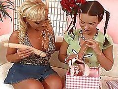 Punapää punokset ja blondi MILF käyttäen leluja toistensa