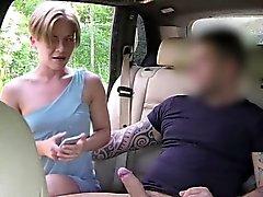 Блондинка делаете селфи в краном во поддельного на такси