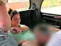 Рогатый пару чертовски с драйвером в кабинах заднем сиденье