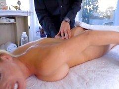 BÜYÜK göğüsler sarışın tarafından yapılan Lapdance ve oral seks