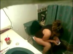 Моя мачеха дрочит в туалете