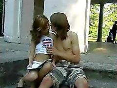 Joven pareja al aire libre mierda