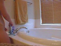 Adolescente che donna si completa con doccia e comincia la rasatura