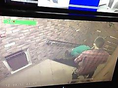 O casal na frente câmera a vigilância