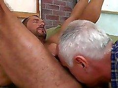 En gammal man suger hans kamrater kuk passionerat