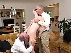 Dos hombres viejos follando a la chica caliente Alex Harper
