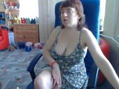 Gran tit MILF levanta la falda