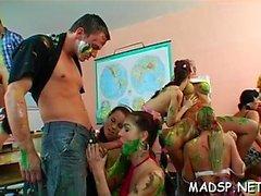 Bir partide Üstün horoz sürme ve oral seks seansları