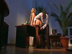 Красивый секретарь Aleska диаманта обеспечивает ее босса большой нахрен
