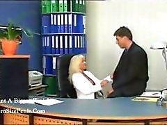 Secretário loira sexy madura é pego pelo chefe em cima da mesa