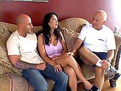 Alte Mann schaut seiner jungen Frau bekommt ihren Titten und Möse gebumst