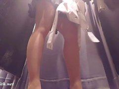 Jeny Smith pisca sua meia-calça sem costura enquanto faz compras