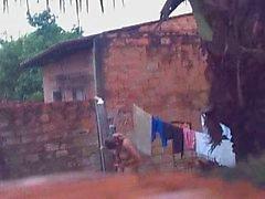 espionner voisins descendant nu dans l'arrière cour