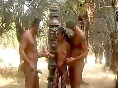 Twee jongens neuken een meisje in het bos