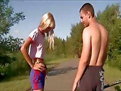 Porra menina ao ar livre em público