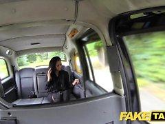 Fake Taxi Brunette-klubitanssija toimii taikuudessaan
