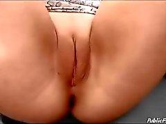 vagabunda alemão no Big roda sem calcinha masturbando
