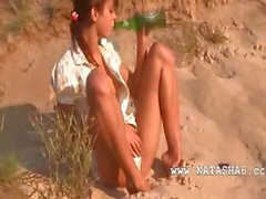 A Teenie de Natasha amor desnuda en la playa de