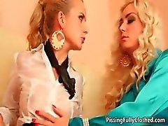 Vieze geile blonde teef pissing part6