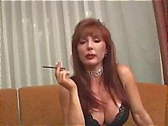 Busty mogen Vanessa har en rök innan hon röker hans kuk