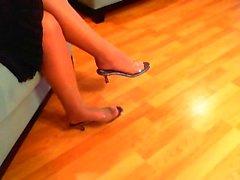 Meia-calça provocação pé pendurado