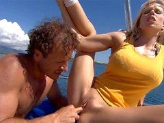 Blond Jamie Bäckar Blir med Fingered och Butt Knullad här under pågående stora Yacht