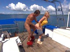 Blonde Jamie Brooks erhält Fingered and Butt gefickt, während auf einem Big Yacht