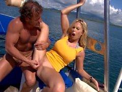 Rubia Jamie Brooks obtiene apuntado y Butt follada mientras que en un yate grande