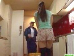 Hausfrau geht schmutzig mit die Hausmeister