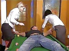 Dominantes jóvenes torturando , bombeo y frotando la polla el una mesa de billar