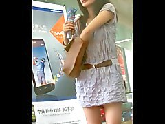 zu Fuß sich hinter kurzen Rockes des Mädchen : 2 (China)