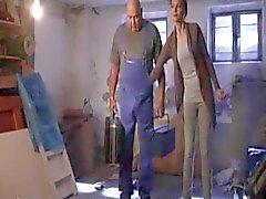 Martina Hill fasst dem Handwerker an den Schwanz