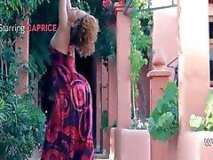 Exotische coed strippen en dansen