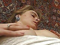 Blonde tiener amateur in lace ondergoed krijgt haar harige clit spleet fingered