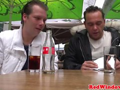 Dutch рывками Хукер и ебет по в Голландию