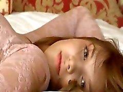 Petite 18yo meisje plagen zichzelf op de sofa