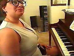 Chubby Mature Speelt Piano ... F70