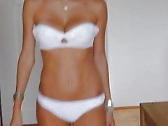 Catwalk - Hermosa chica rusa en ropa interior y tacones