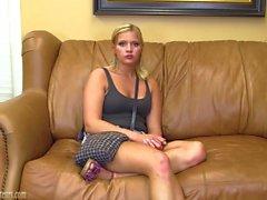 Adolescente amatoriale on couch colata diffondere sua figa