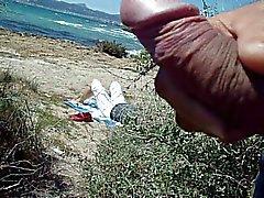 openbare masturbatie cum op het strand