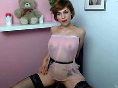 La katée sexy Katie Kay, vêtue de la lingerie blonde, se déforme pour se masturber