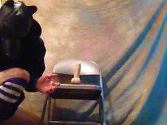 Boytoyslutboy galo em uma cadeira