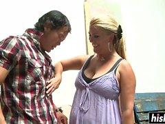 Татуированная девушка веселится с соседкой