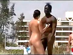 Sehr reizvolles bestückte schwarze Guy auf FKK mit Weiß Mädchen