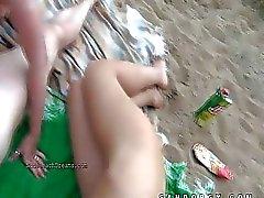 Il sesso di gruppo destra su una spiaggia pubblica