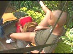 Blonde plantureuse baises transsexuelles mec dans le jardin de