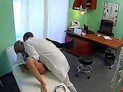 La enfermera rubia juguetona golpeaba del doctor