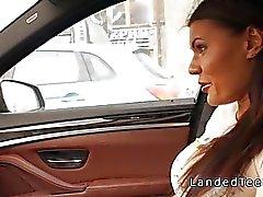 Teen tetona hace anal en al coche